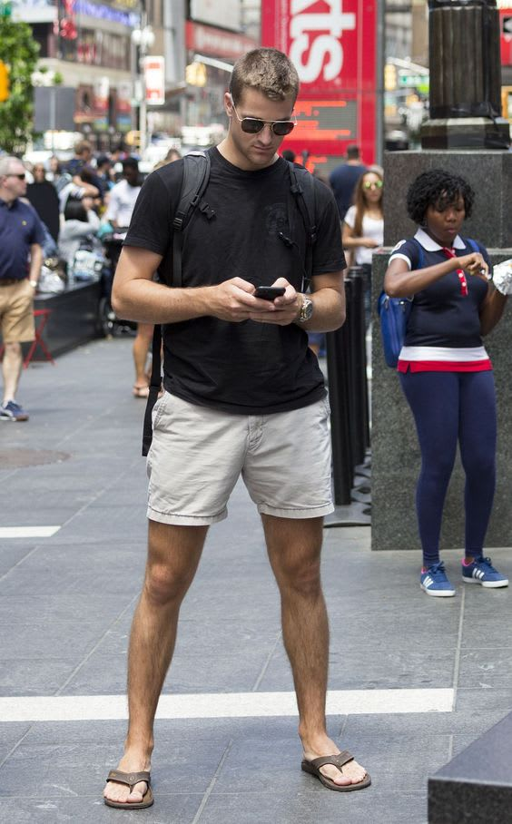 Man wearing a flip flops in New York